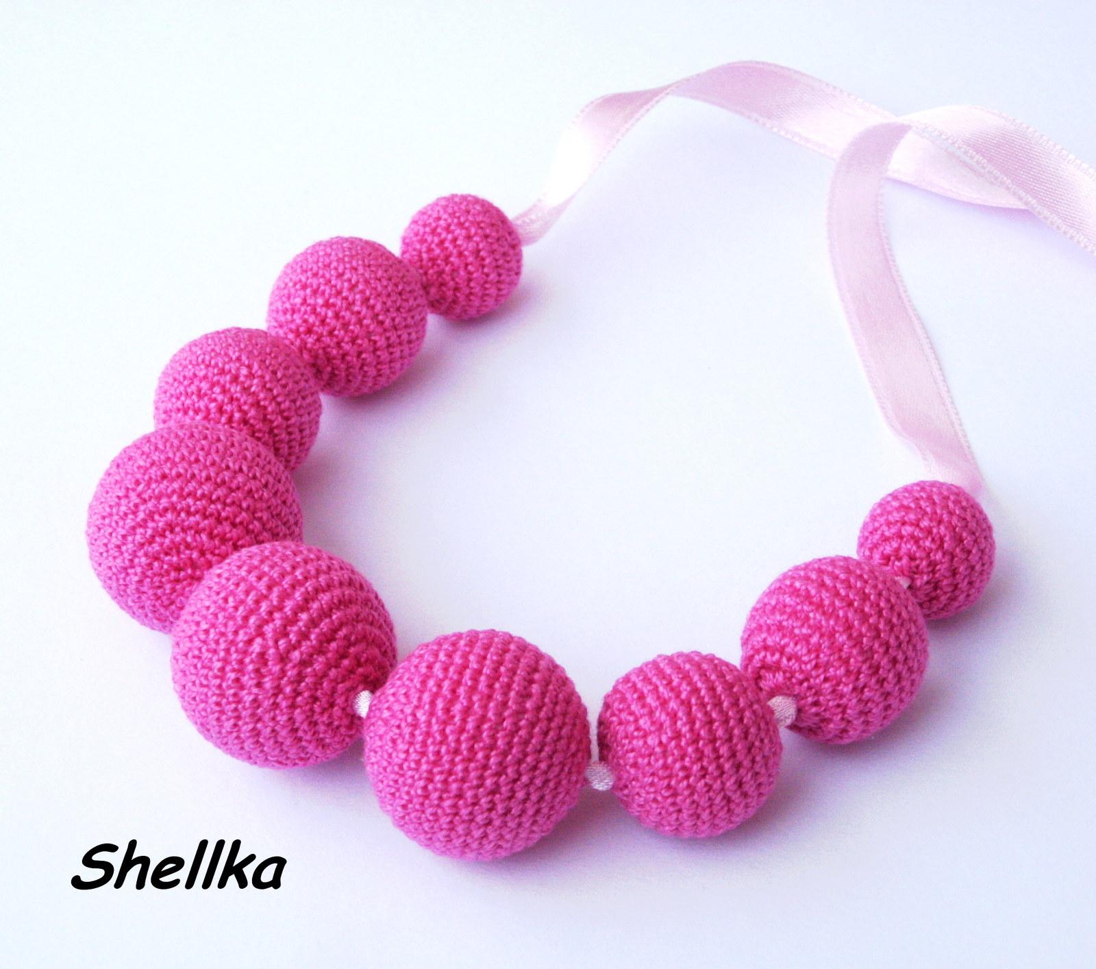 Korále jsou obháčkované sytě růžovou bavlněnou přízí