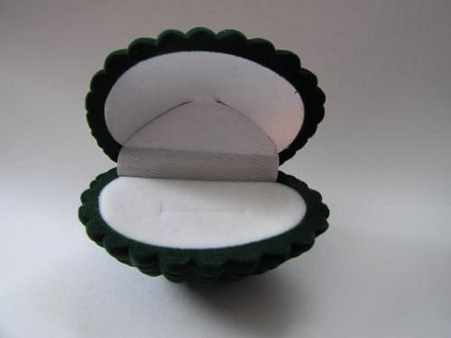 Sametová krabička na šperky - mušle zelená