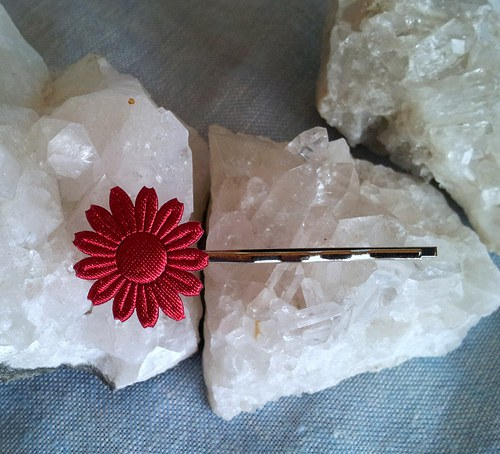 Saténová květinka do vlásků - červená na stříbrné