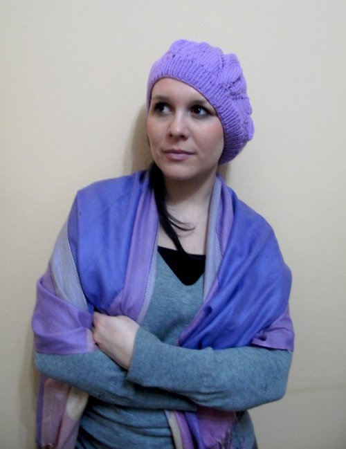 Ve fialovém baretu jako jarní louky vykvetu