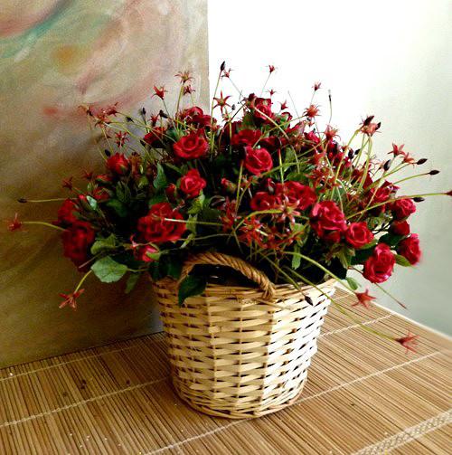 Koš s růžemi - aranžmá z umělých květin  38 cm