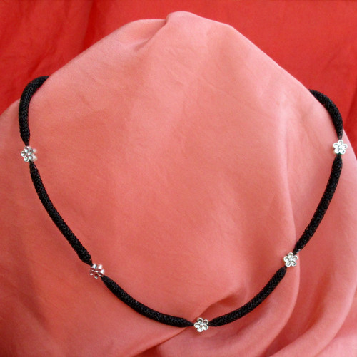 Dutinkový náhrdelník černý s kytičkami