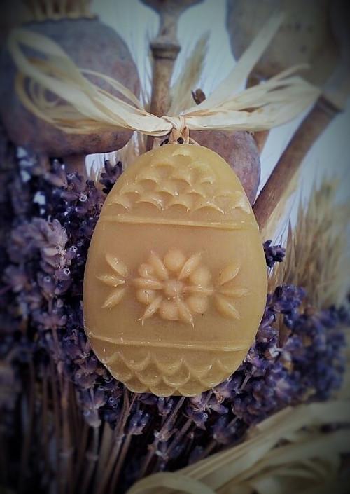 Ozdoba z včelího vosku-kraslice kytička