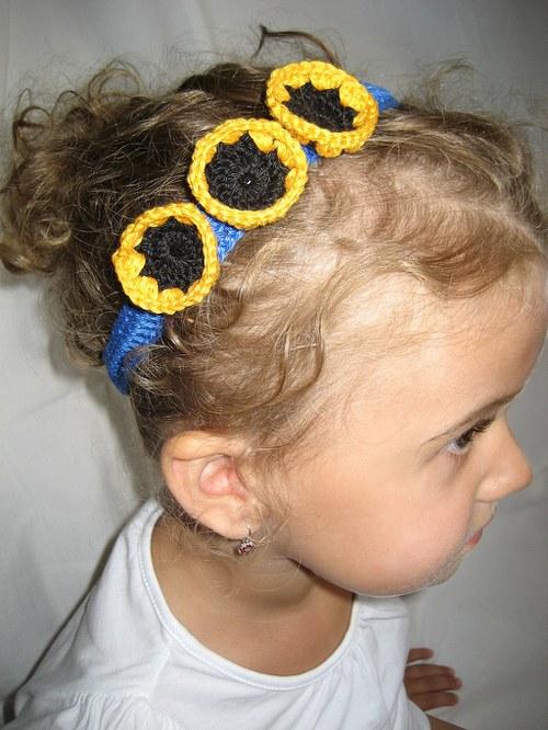 Háčkovaná čelenka s kytkami - žlutočerná/modrá