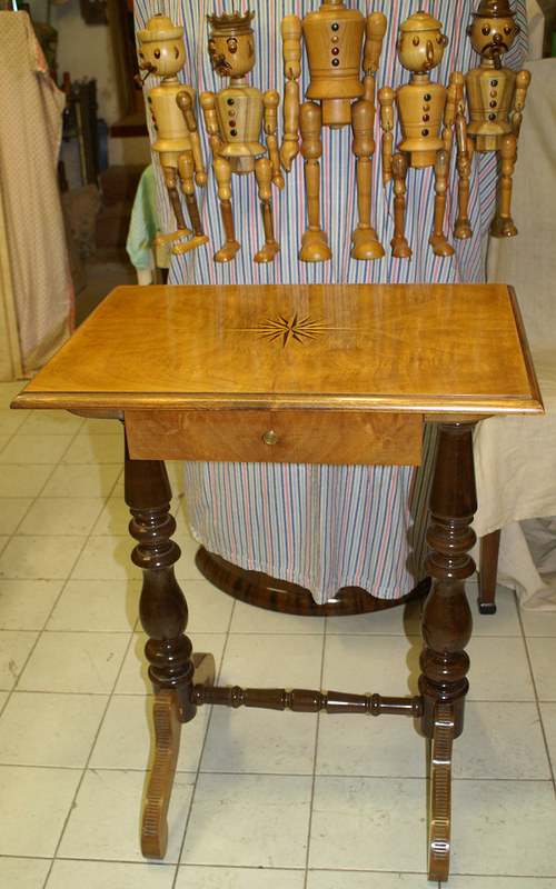 Starobylý stůl s intarzií