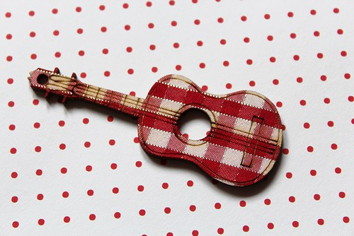 dřěvěná kytara káro