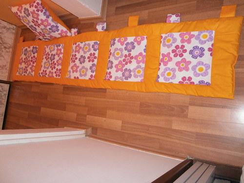 kapsář za postel kytky na oranžové