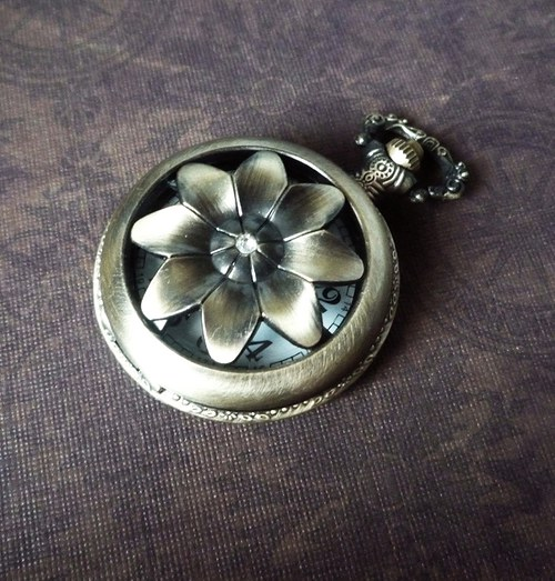 Vintage hodinky s kytičkovým krytem s kamínkem