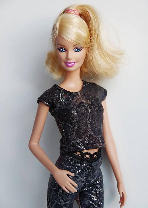 Hnedé lesklé tričko pre Barbie