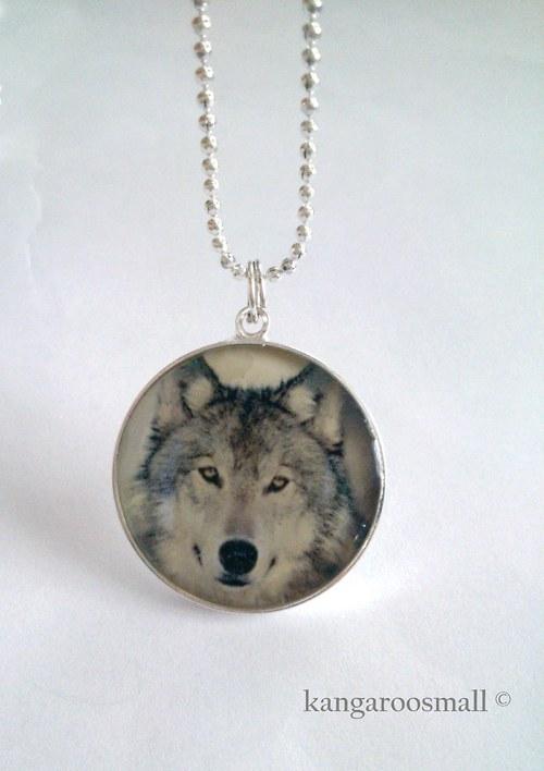 Ze života vlků - náhrdelník z křiš. pryskyřice