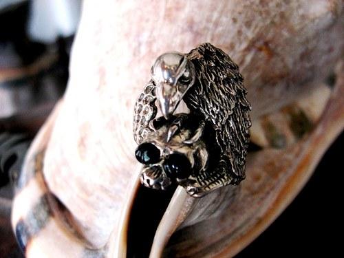 Moto-Hamletman - prsten starostříbrný s kamenem.
