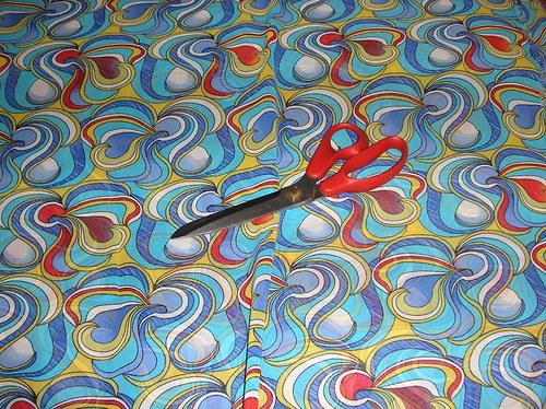 látka-šifon s modrým vzorem