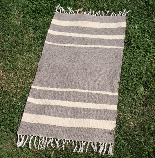Vlněný koberec s třemi bílými proužky