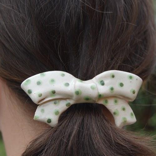 Bílá mašlička se zelenými puntíky