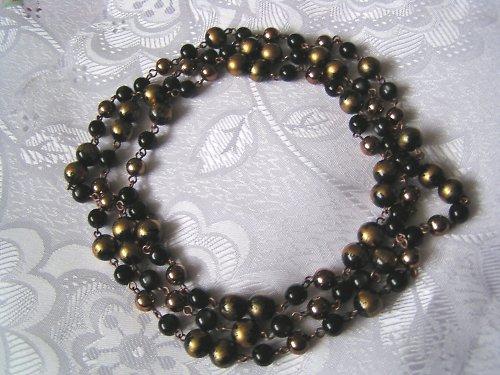 Hnědozlatý náhrdelník.