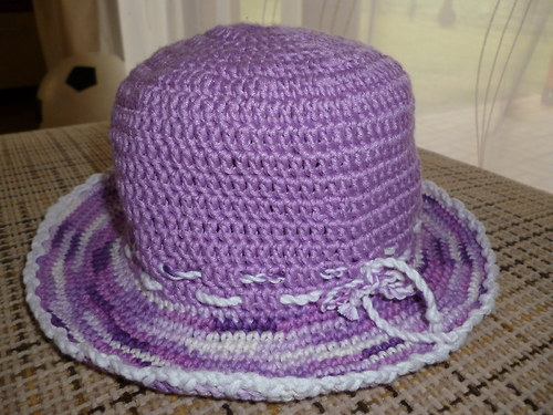 Háčkovaný klobouček, do fialova