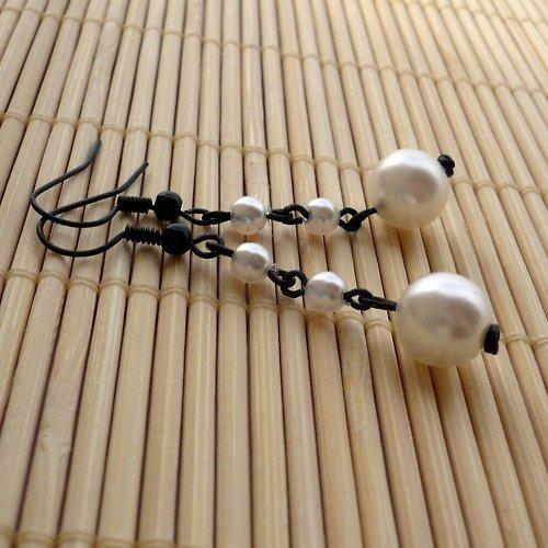 Černobílé perličkové náušnice