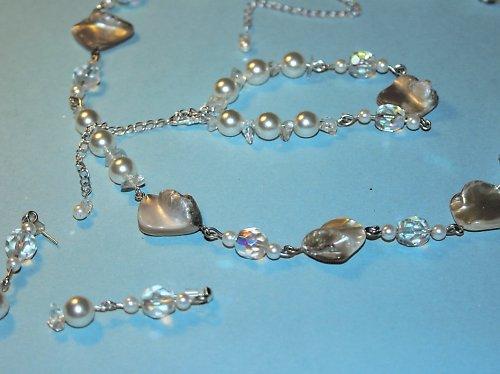 Souprava z perleťových tvarů a perel.