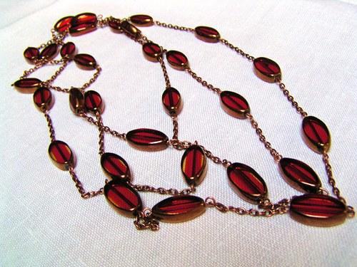 Červený dlouhatánský náhrdelník.