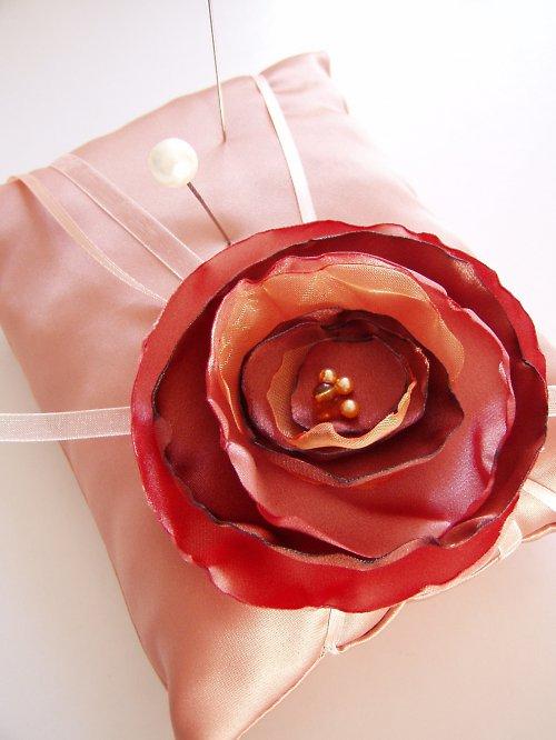 oranžovocihlový polštářek pod prstýnky s růží