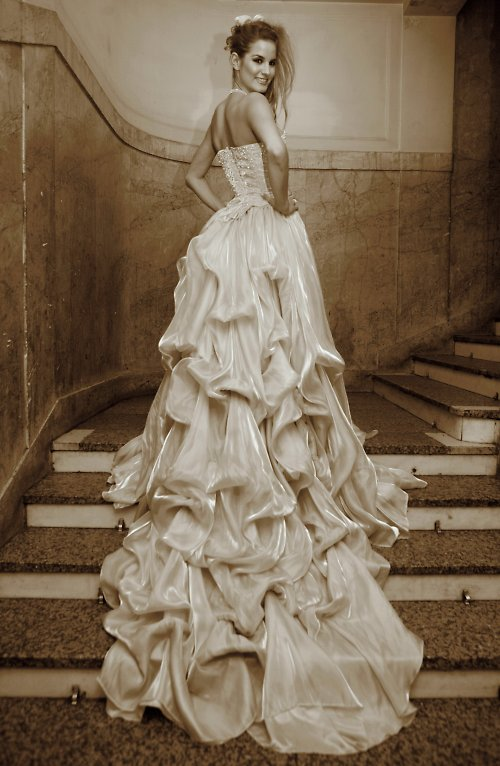 svatební šaty s aranžovanou sukní