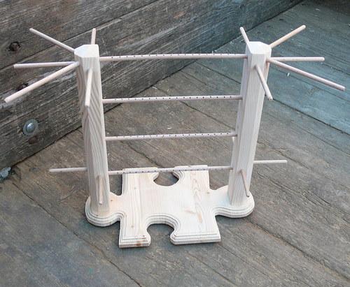 Dřevěný stojan na šperky ve tvaru puzzle