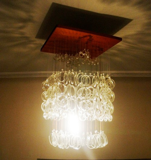 rozzářený lustr
