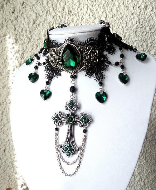 Kříž ze smaragdu na krajce