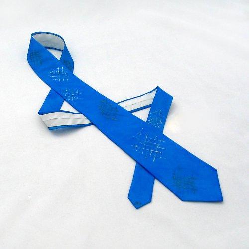 Modrá decentní kravata s mřížkami