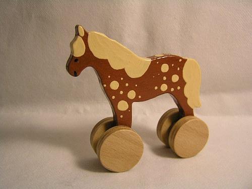 Koník na kolieskach - dřevěná hračka pro děti
