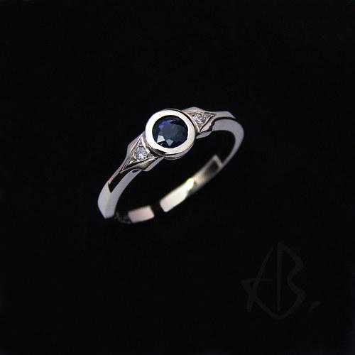 prsten, bílé zlato s pravým safírem a brilianty