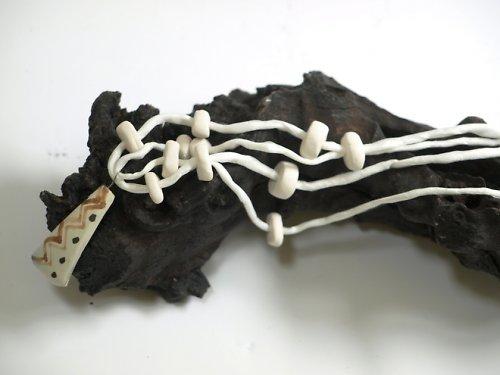 Bílé korálky na bílé stužce - etno-sleva