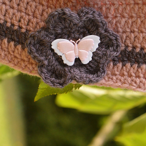 Háčkovaná čepička s motýlkem