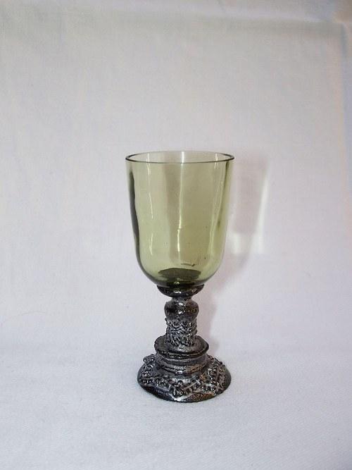 likérová sklenička s motivem klacisismu