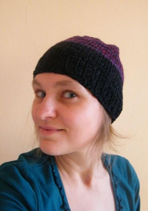 Černo-fialová čapka