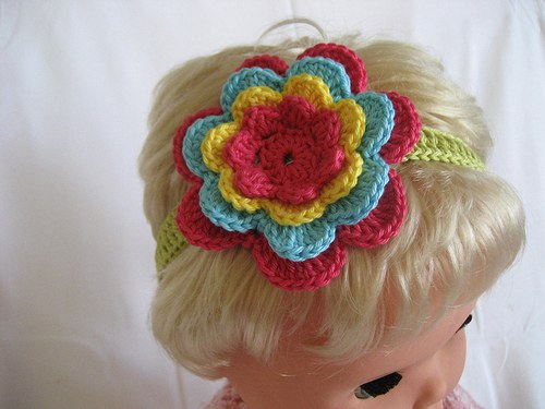 Háčkovaná čelenka s kytkou-sytě růžová/žlutá/modrá