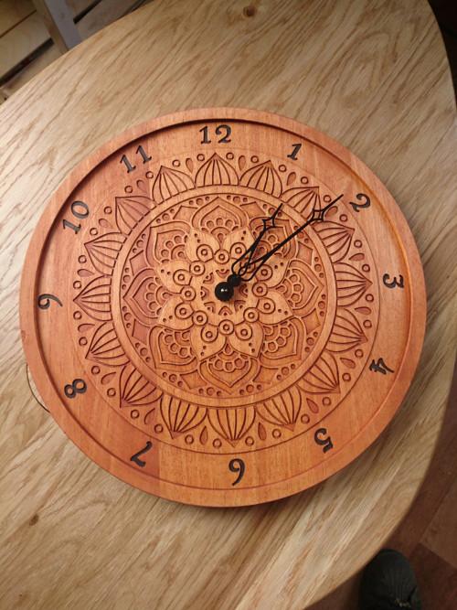 Dřevěné hodiny s mandalou - mahagon 39cm