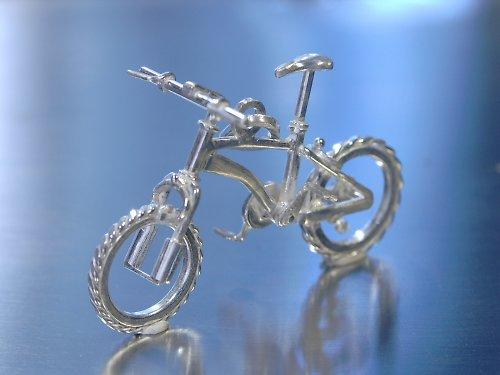 Stříbrná miniatura horského kola