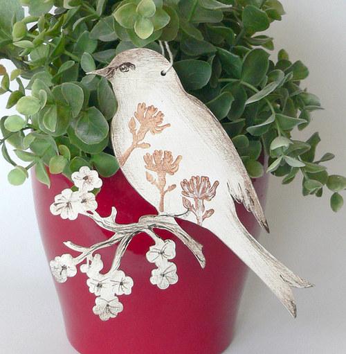 Ptáček s větvičkou větší
