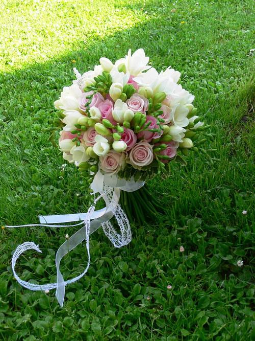 Křehká bílo-růžová - kulatá kytice
