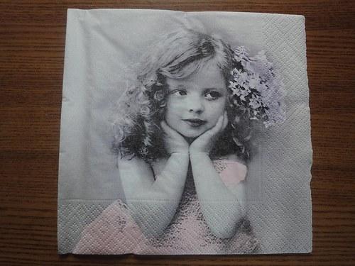 Ubrousek na decoupage - opírající se holčička