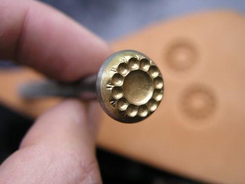 RAZIDLO do kůže, střed květiny 13,5 mm