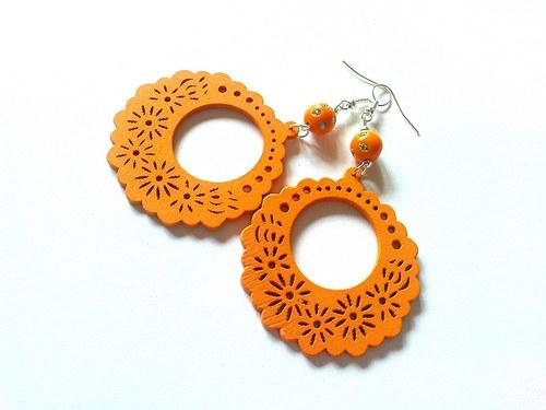 Oranžová dřevěná kolečka...