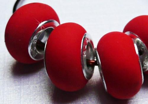 Korálek se šir. průtahem gumový - červená / 1 ks