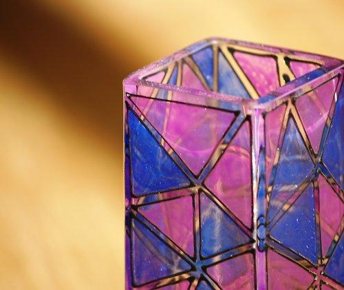 Modrofialově trojúhelníčková