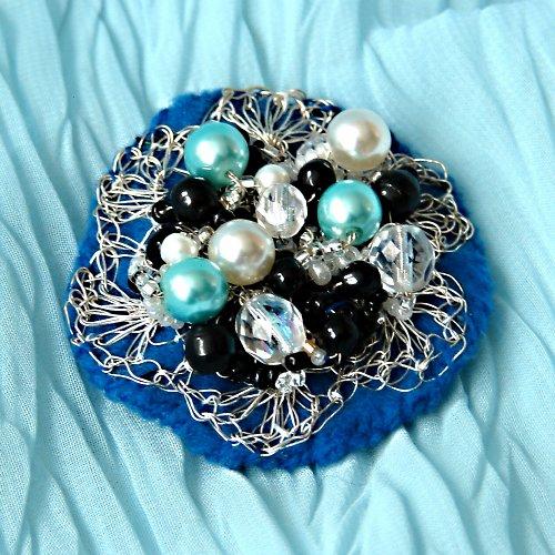 Brož- háčkovaný drátek - v modrém....
