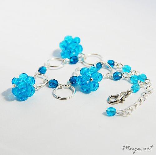 Modrý náramek s kuličkami