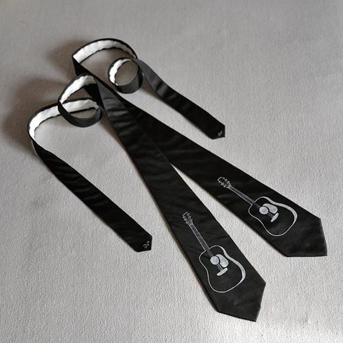 Černá kravata s bílou kytarou