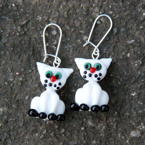 Náušnice bílé kočky - vinuté perle