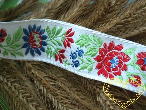 Bílá krojová stuha s květinovým vzorem - š 3,5 cm